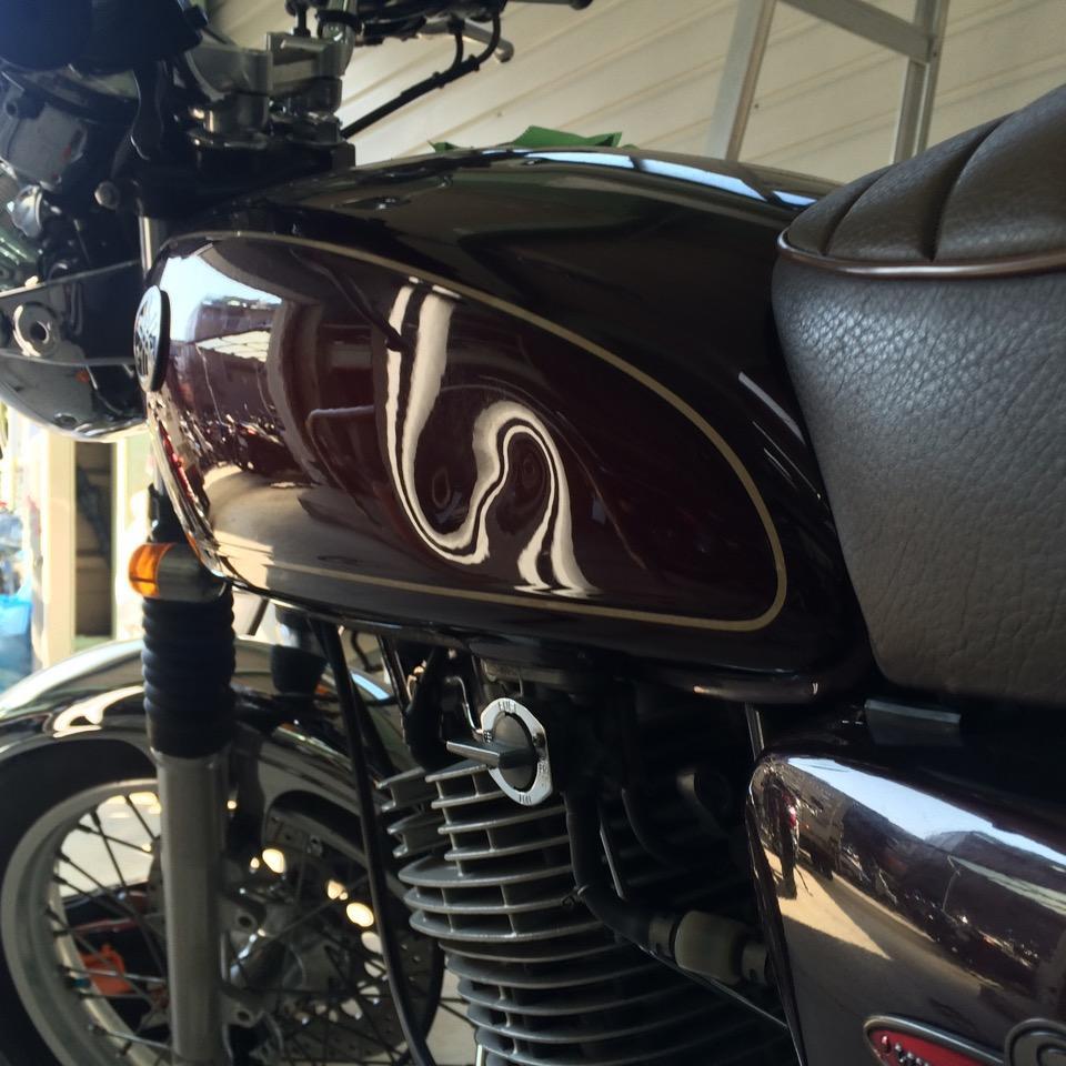 バイクタンクの凹み、片っ端から直していきます。ヤマハ SR400