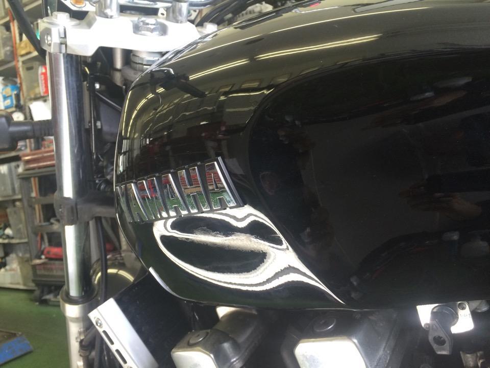 バイクタンクの横にズリッとした凹み。ヤマハ XJR400