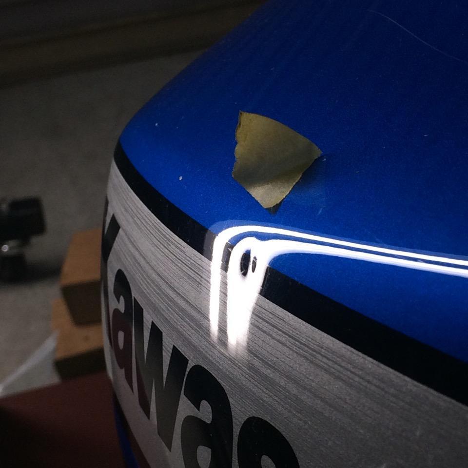 ZRX1200DAEGのバイクタンクのプレスの潰れ
