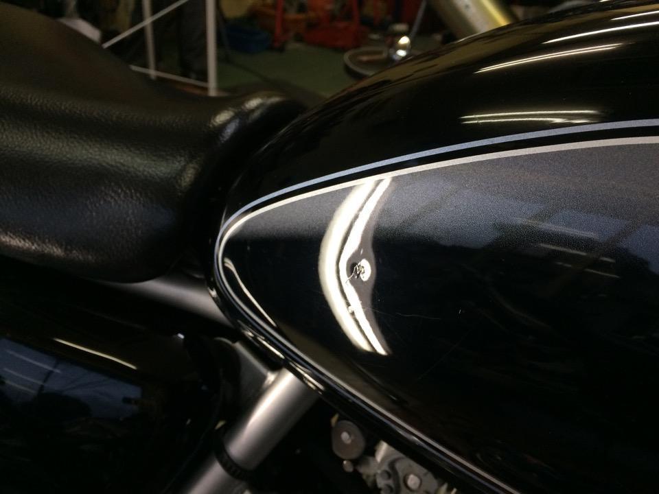 バイクタンクの鈑金塗装するほどではないが気になる凹み。スズキ ST250