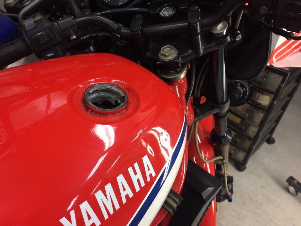 バイクタンクに凹み痕が複数箇所のある状態。ヤマハ RZ350R
