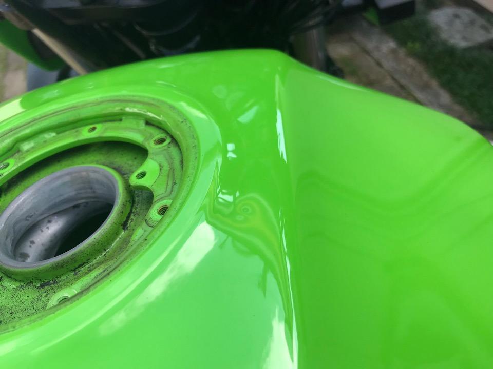 給油口のキワ用のデントツールで修理。ZRX1100