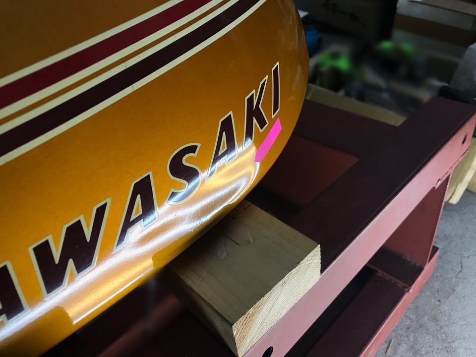 タンクの下部の横にズリッと凹み。カワサキ750SS