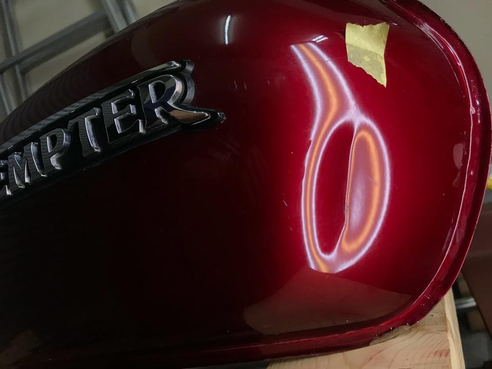 自作した専用のデントツールで修理。テンプターST400