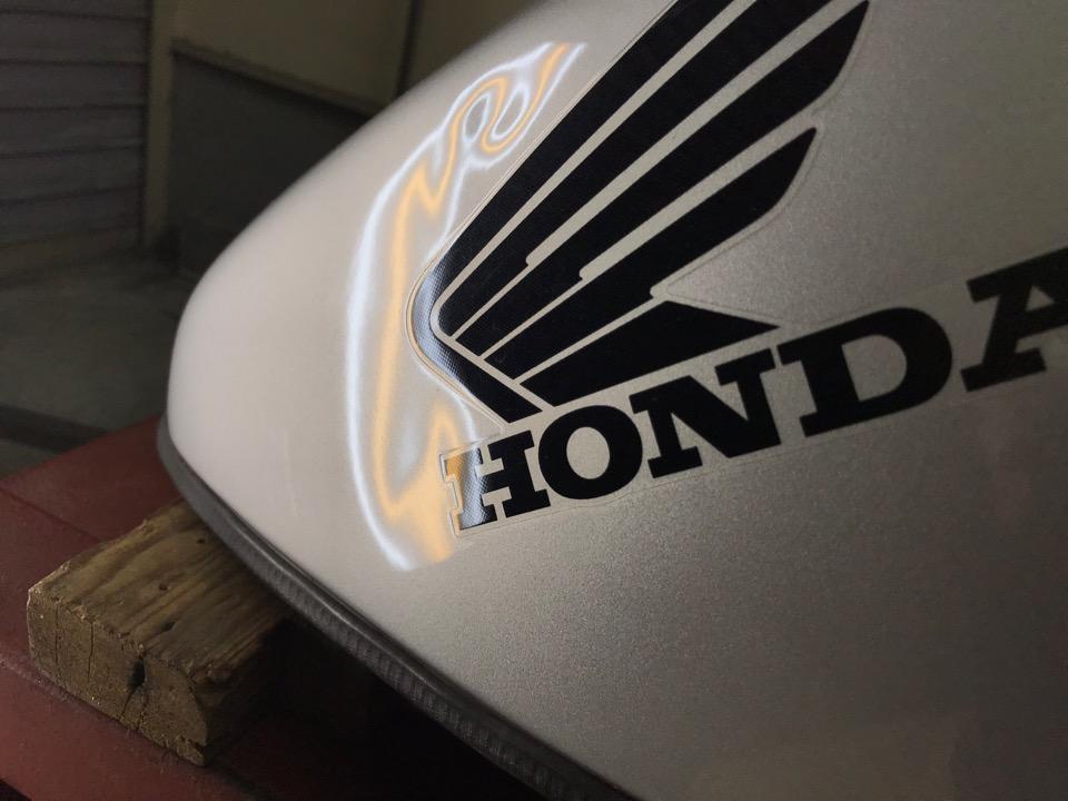 バイクタンクは車と異なり難しいです。ホンダ CBR 1100XX