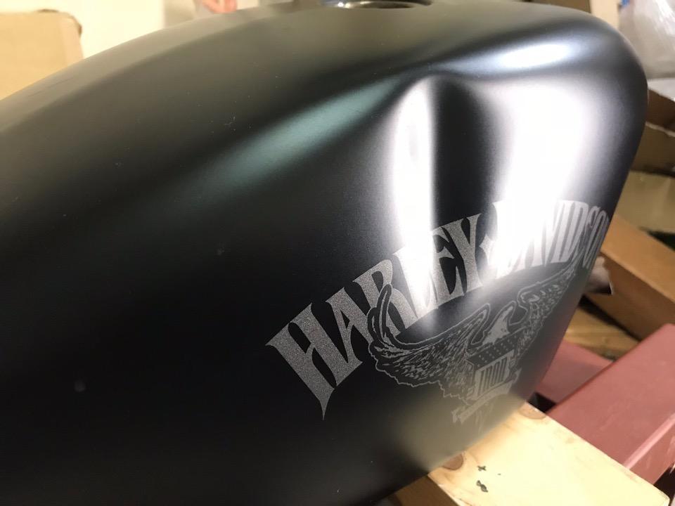 マットブラック仕様のハーレーのタンク、4重苦。