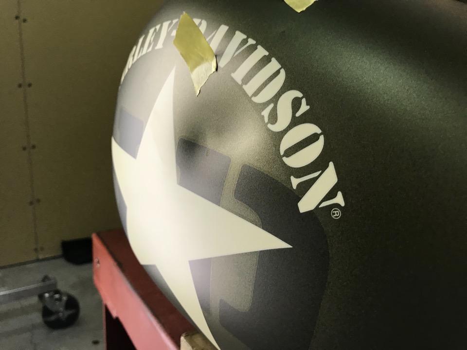 ハーレーダビッドソンFLSSの大きな凹み。