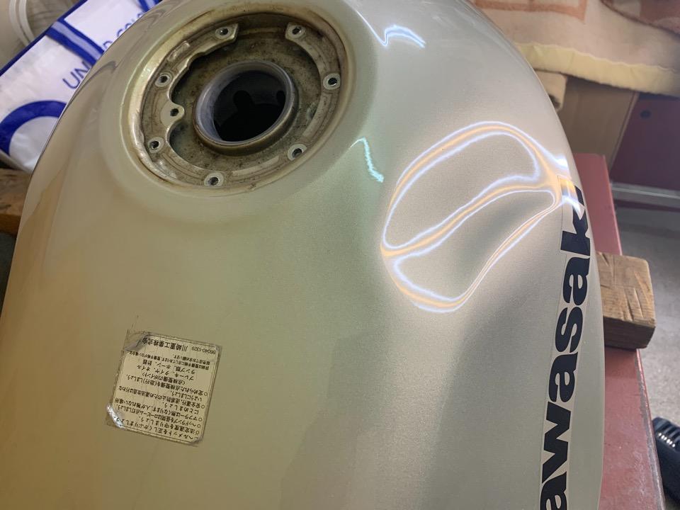 Kawasaki ZZR400のかなり深い凹み。