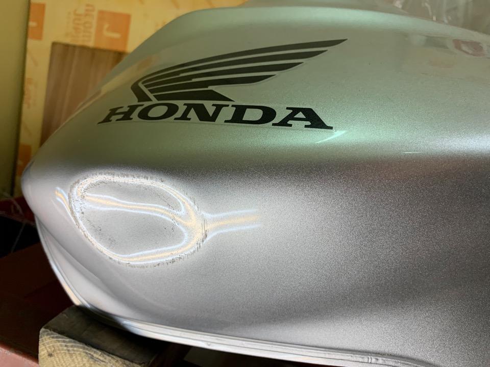 擦り傷程度で塗装は無事だったので。ホーネスト900