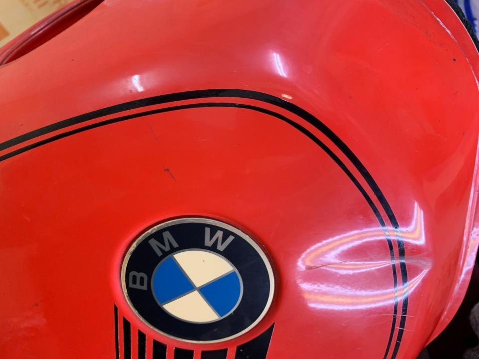 真横にタンクの角の潰れ。BMW