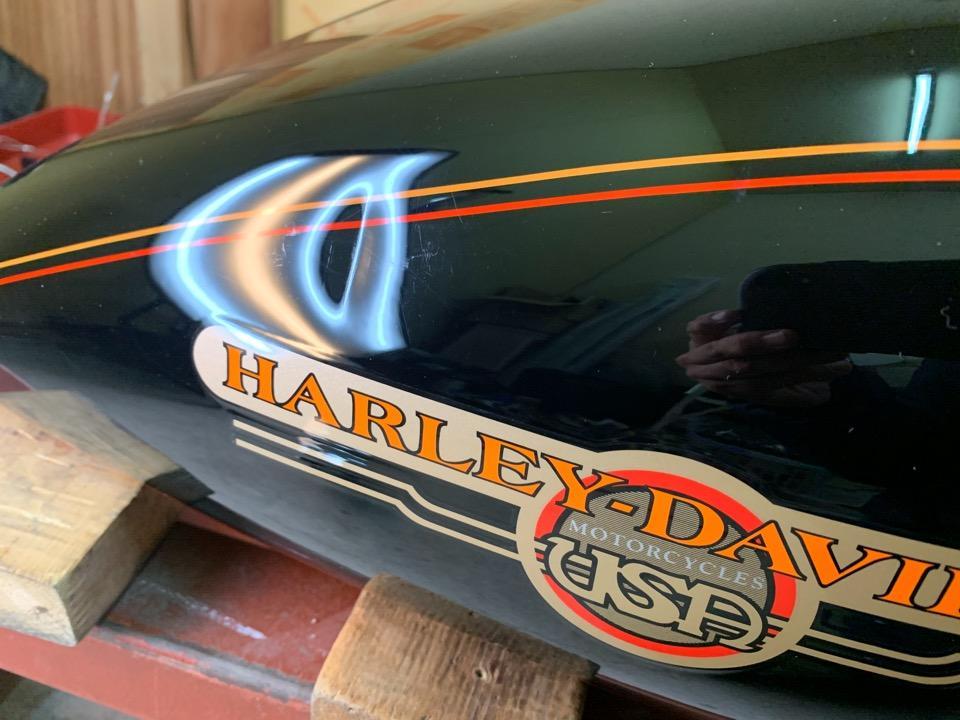 ハーレーダビットソンFXDL、縦傷つきのガッツリ凹み。