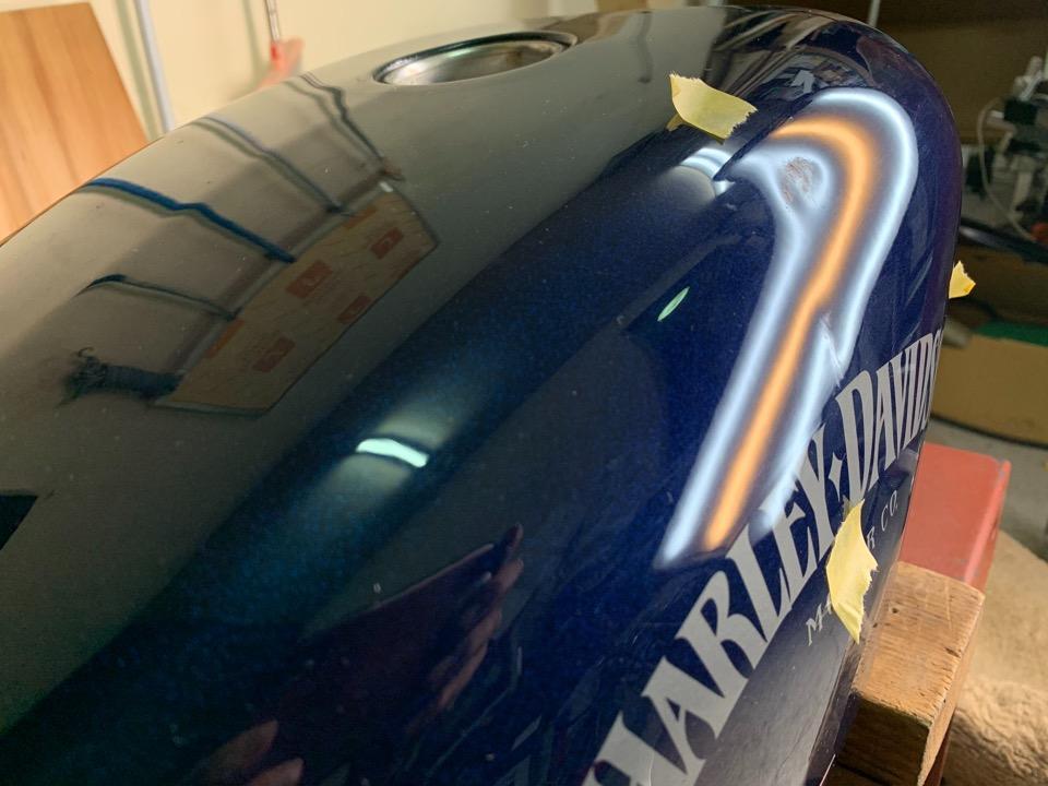 ハーレーダビットソン883nアイアンの純正タンクの傷付きの凹み。岡山県