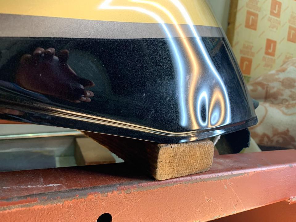 タンクのキワはやり難く塗装が割れやすい箇所。ZRX1200ダエグ