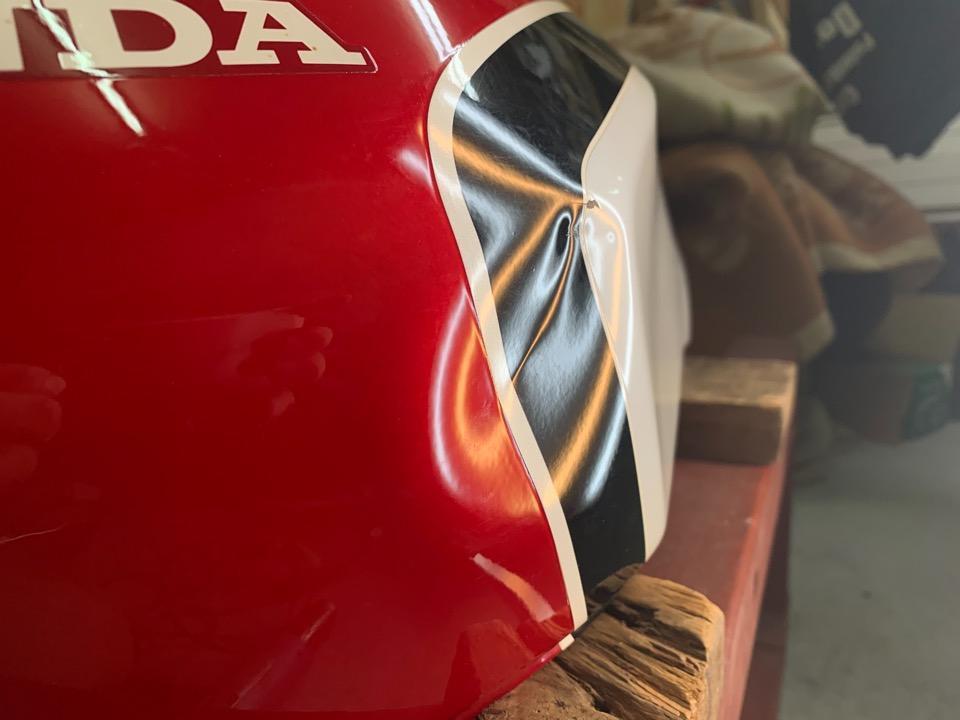 塗装はそのままでデントリペア。CBX400F