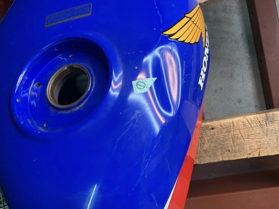 キズありの88年式タンク。ホンダCBR250R 東京都