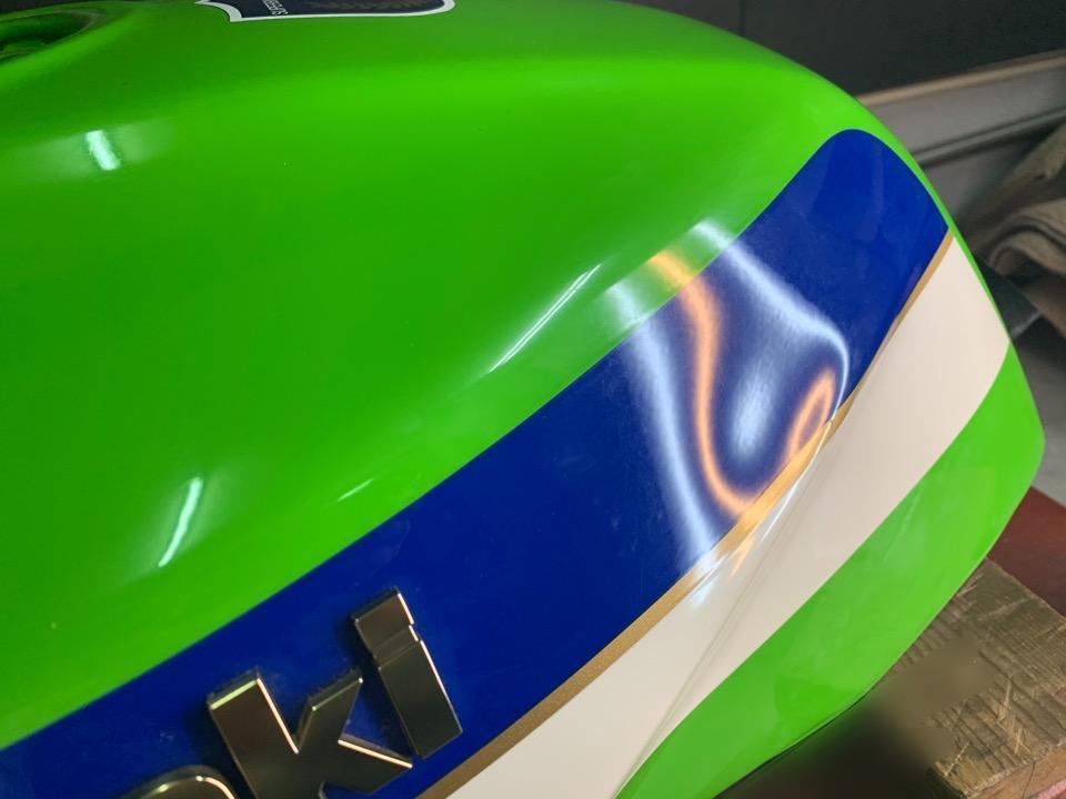 タンクのラインやデカールの上の凹みは難しい。カワサキZRX1100 新潟県