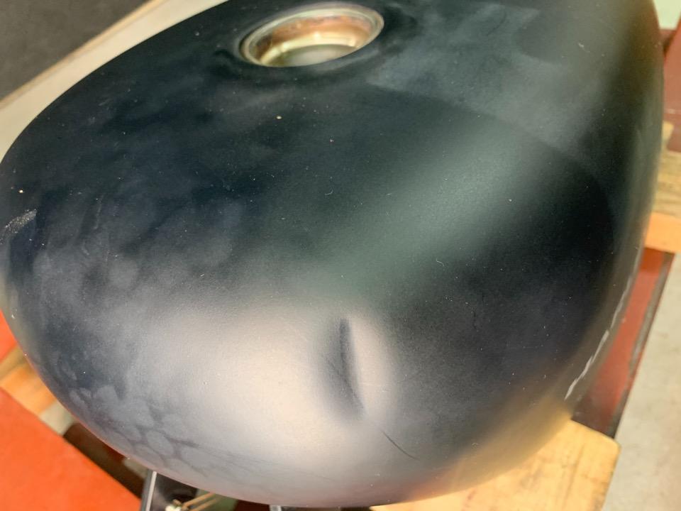 ハーレータンク、艶消しマット仕様の立ちゴケ凹み修理。愛知県