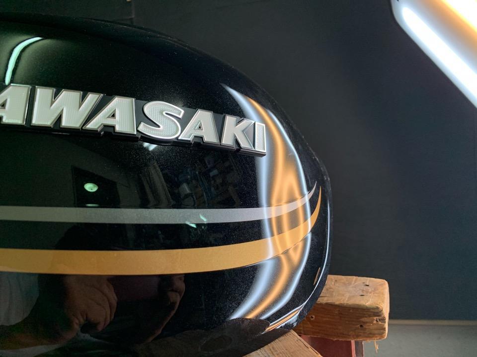 多くのバイクタンクの実績のあるデントショップ。Z900RS 宮崎県