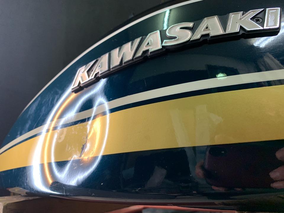 カワサキZ750のバイクタンク、伸び切った深い凹み。福島県