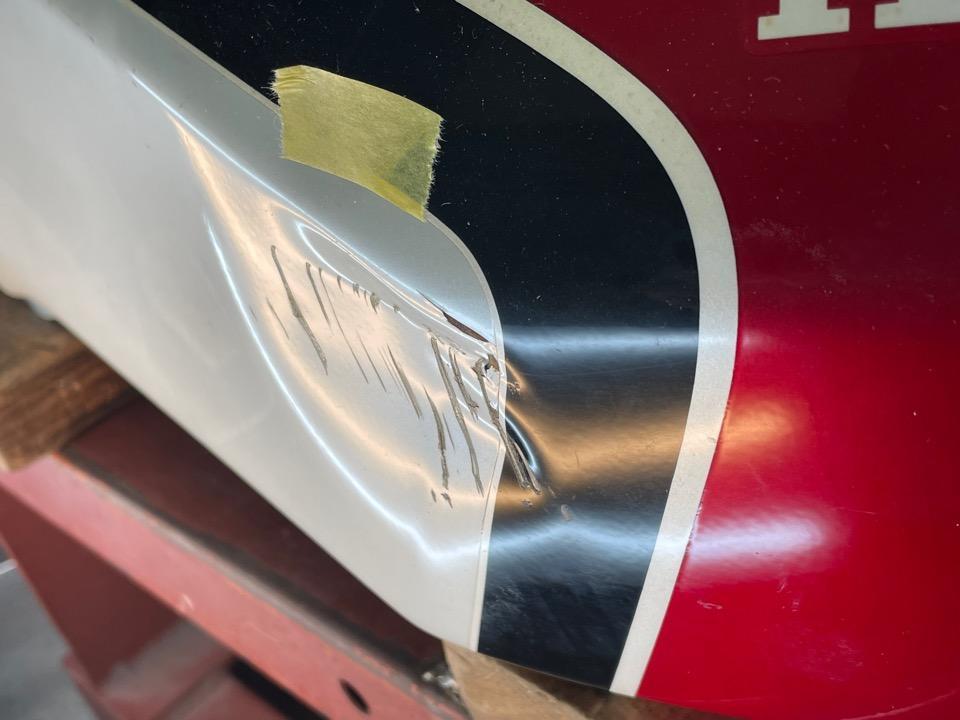 ホンダCBX400Fの右側前方の傷付き凹み。宮城県