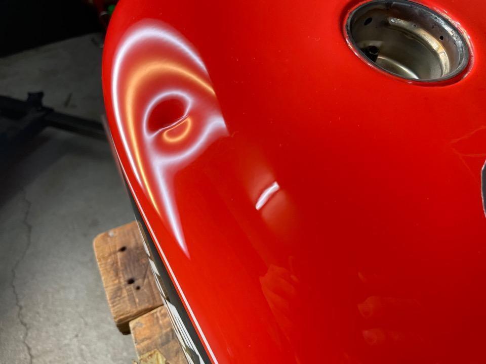 鋭角に深く塗装が割れててもおかしくない凹み。ハーレー スポーツスター 高知県
